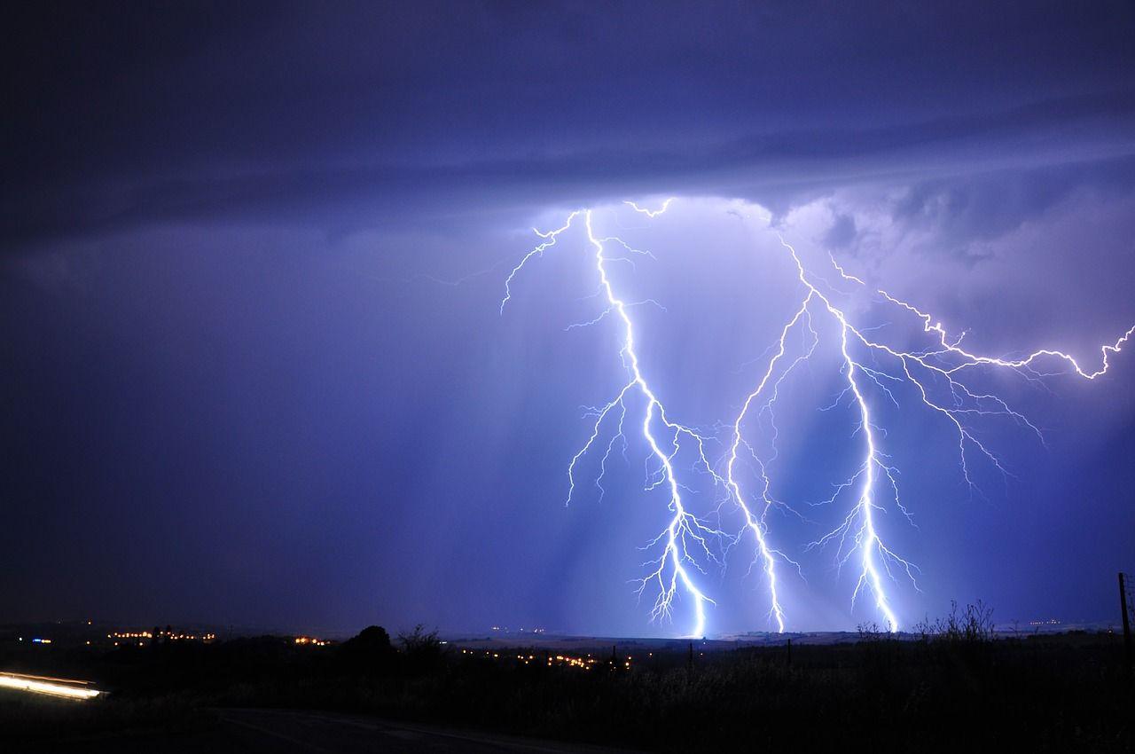 lightning-3020873_1280